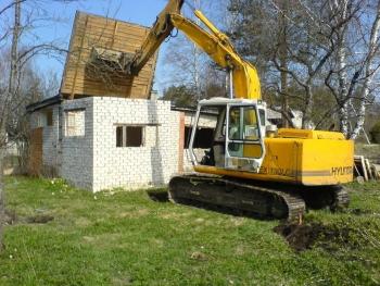 Suvilate  puitmajade  lammutamine.