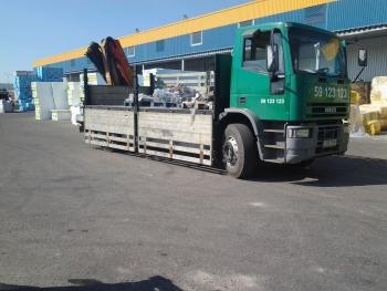 madel tüüpi 8 tonnise täismassiga sõiduk. kraana tõstevõime 2500 tonni