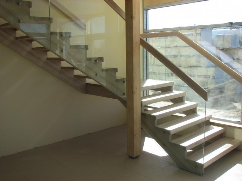 Puidust trepp klaaspiiretega