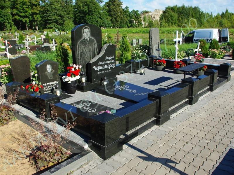 graniidist hauapiire johvi kalmistul must poleeritud graniit pealt puramiidikujulised postid 09