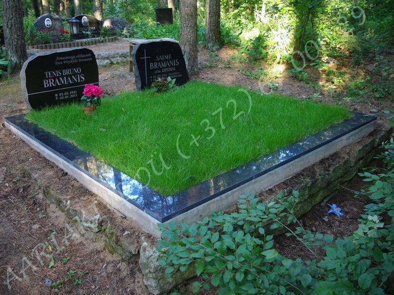 hauapiire graniidist plaatidega 2 hauakohta sps15 must, betoonist vundamendil, laius-250cm, pikkus-250cm, serva laius-15cm, muru