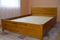 massiivne helepruun kastidega voodi