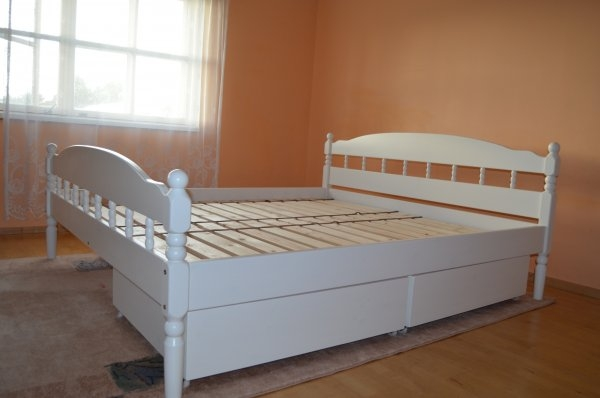 treitud valge kastidega voodi 2