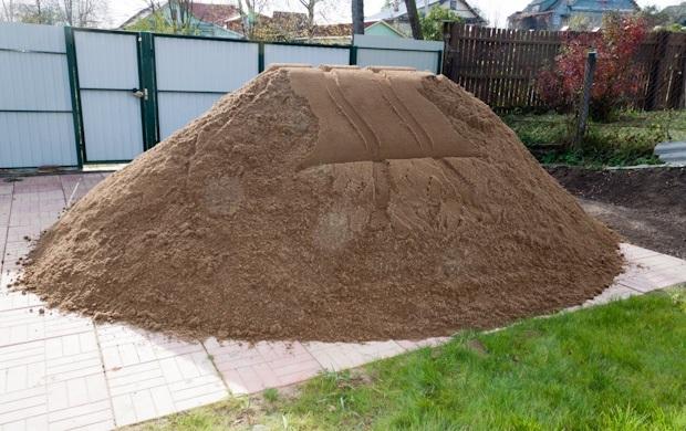 песок куча во дворе
