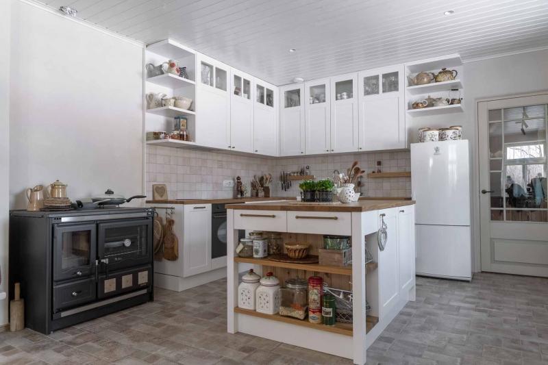 Saarega mööbel kööki