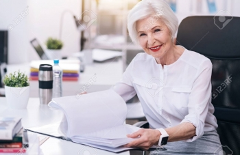 70550048-charmante-femme-d-affaires-âgée-travaillant-au-bureau