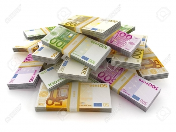 56377917-euro-geld-viel-einen-stapel-isoliert-auf-weißem-hintergrund-bilden